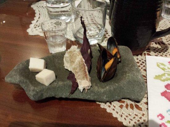Narfeyrarstofa: SKER: cubotti di squalo - pesce essiccato - cozze blu