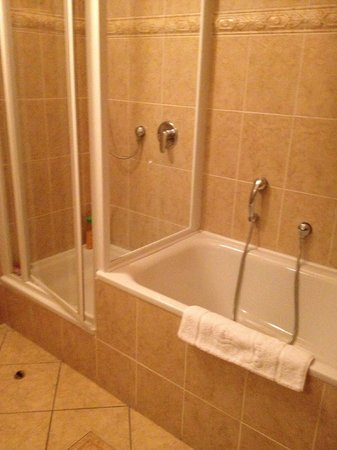 Boutique Hotel Constans: bath and shower