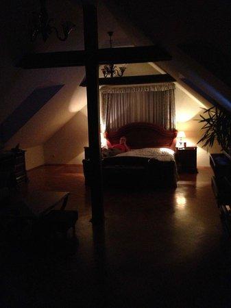 Boutique Hotel Constans : bedroom at night