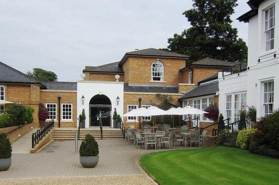 Bedford Lodge Hotel: Hotel entrance and bar garden