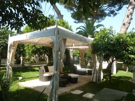 Palazzo Guglielmo Albergo Diffuso: Another lounge area in the garden