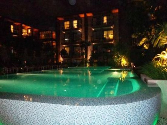 Holiday Inn Express Phuket Patong Beach Central: Pool area at night