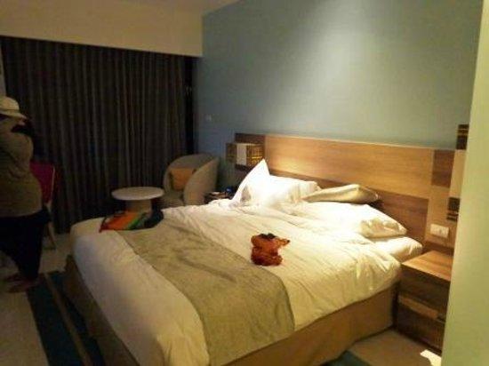 Holiday Inn Express Phuket Patong Beach Central: Room at night