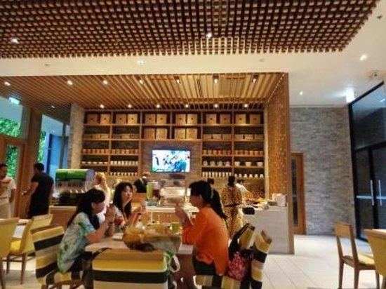 Holiday Inn Express Phuket Patong Beach Central: Breakfast area