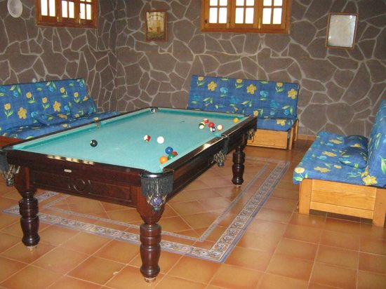 VIP Villas: pool table in the basement
