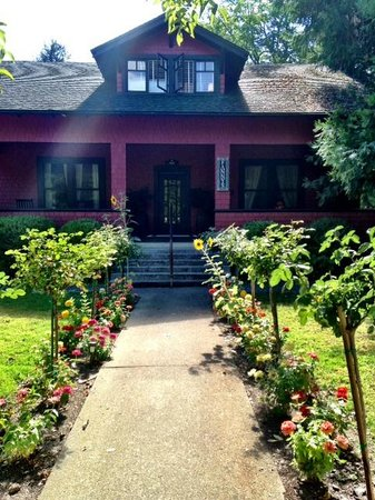 Fanny's Bed and Breakfast: The walkway