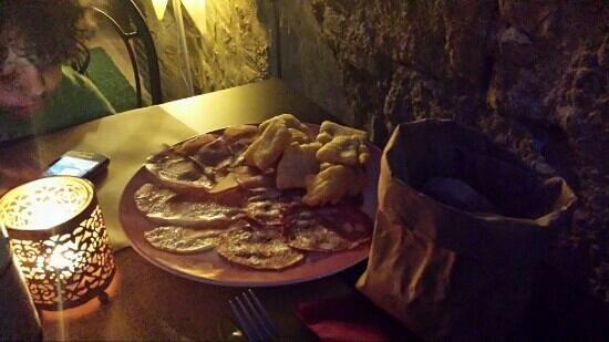 Osteria Ristorante San Quirico : antipasto di salumi con fagottini