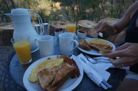 Cerrillos Hills Bed and Breakfast: Breakfast on the patio