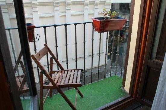 Hostal Abaaly: Le balcon donnant sur le Marché San Miguel
