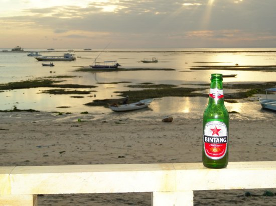 Pacific Inn: Enjoying a beer whilst watching the sunset - or a vanilla latte!!