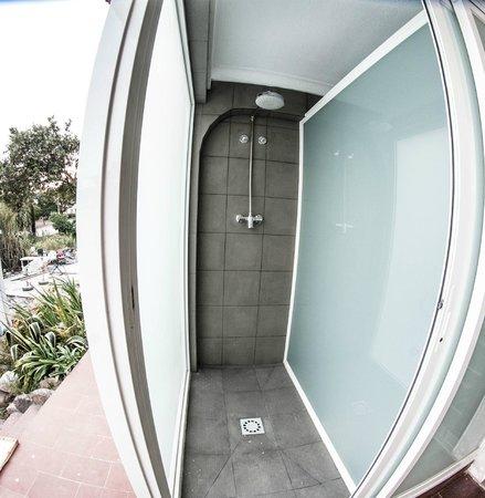 Guincho Surf House: Outside Showers