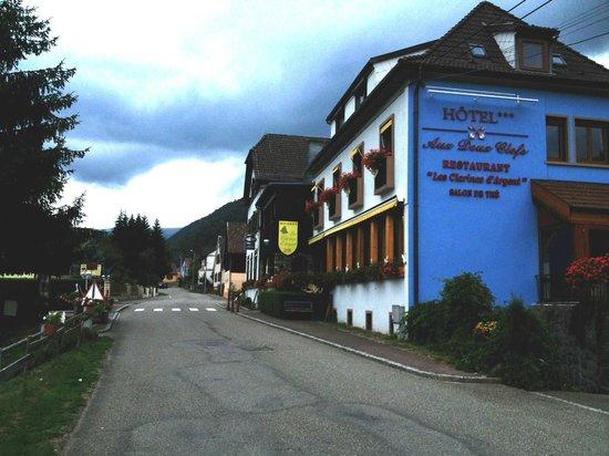 Hotel aux Deux Clefs: vue de l'hôtel-restaurant dans la vallée de munster
