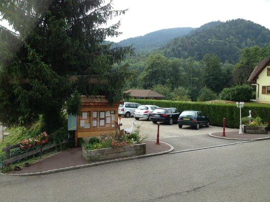 Hotel aux Deux Clefs: vue du parking privé