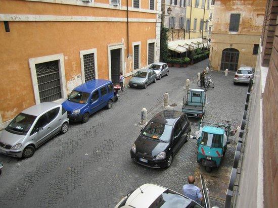 Residence Regola: Vista da janela do quarto (restaurante em frente)