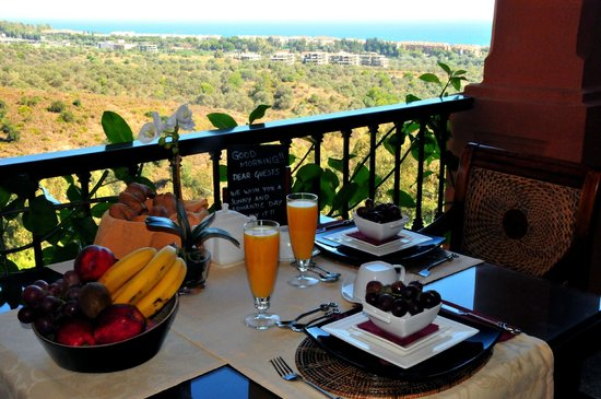 The Marbella Heights Boutique Hotel: petit déjeuner vue sur mer
