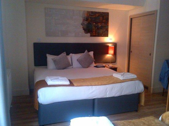 Staycity Aparthotels West End: Doppelbett im Schlafzimmer
