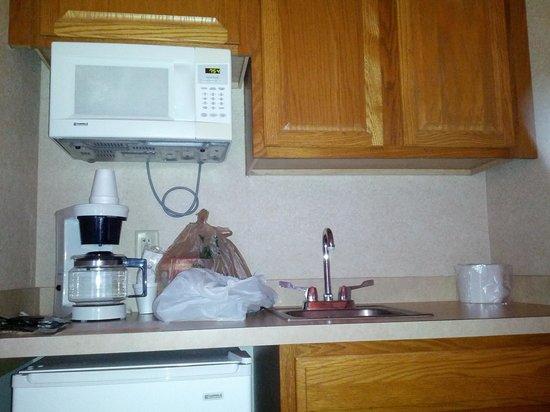 Crystal Beach Hotel: Sink,refrigerator, microwave, coffe maker