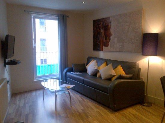 Staycity Aparthotels West End: Wohnzimmer mit Schlafsofa