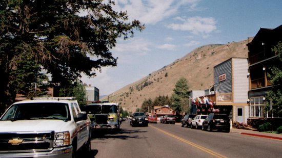 E. Pearl Ave., Jackson Hole, Ranch Inn (on right, with flags)