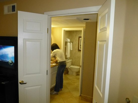 Homewood Suites by Hilton San Jose Airport-Silicon Valley : From living room to one of the bathoorms