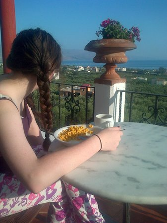 Antilia Apartments: Breakfast on the balcony