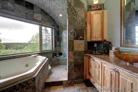 Salmon Catcher Lodge: River Side B&B bathroom with jacuzzi ( Deluxe Room )