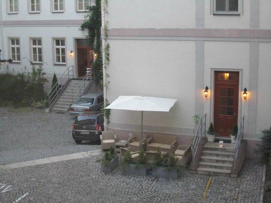 Unitas Hotel: entrada do pátio (com meu carro alugado estacionado)