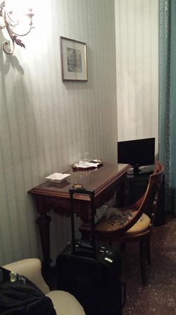 Admiral Hotel: Desk and TV