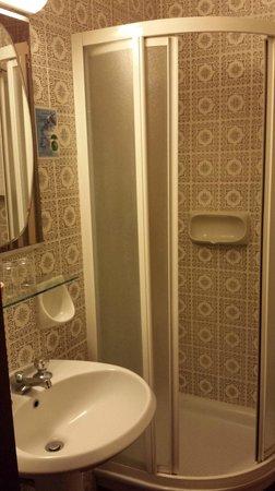Admiral Hotel: Shower