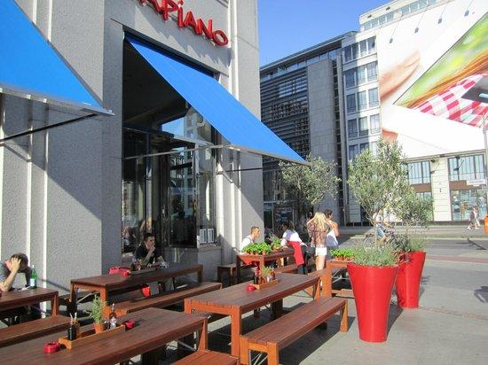 Berlin Marriott Hotel: opçao de restaurante bem mais barato, no quarteirão do hotel