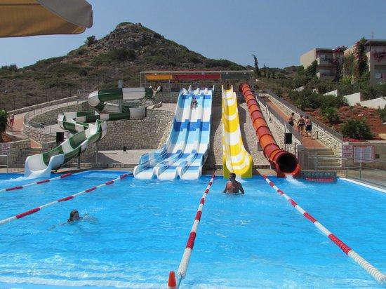 Grand Hotel Holiday Resort : le bassin et ses 6 boboggans