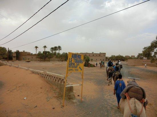 """Kasbah Le Touareg: L'ingresso al """"parcheggio"""" dromedari (lato deserto)"""