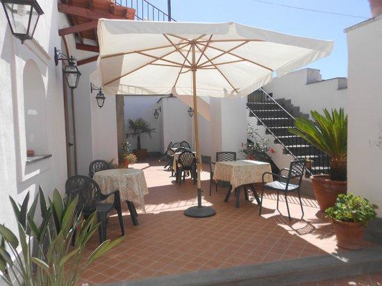 Villa La Cesa : zona colazione esterna