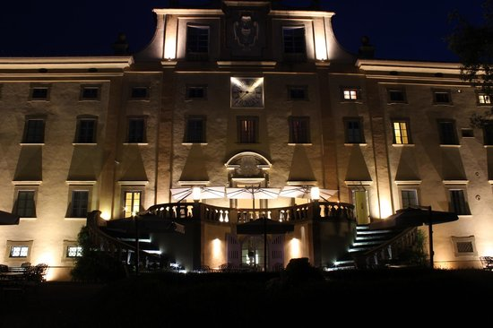 Villa Le Maschere: Rear of hotel at night