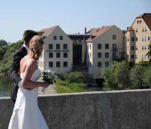 Sorat Insel-Hotel Regensburg: Blick von der Steinernen Brücke zum Sorat Hotel