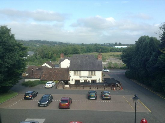 Premier Inn Glasgow (Bearsden) Hotel: looking across to the pub from our room.