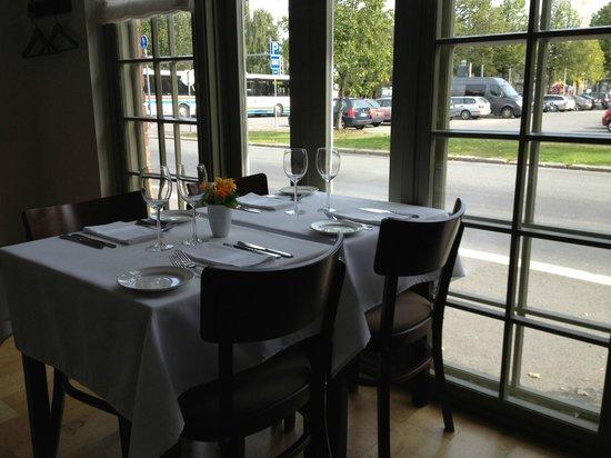 Heinatori: テーブルの様子、中庭には広いテラスもあります。