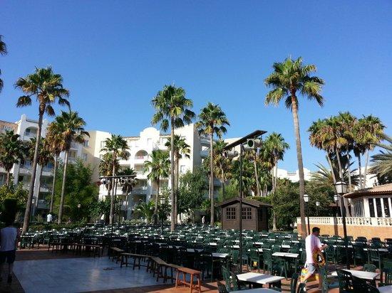 Protur Safari Park Aparthotel : La cour intérieure de l'hôtel, pour le show du soir