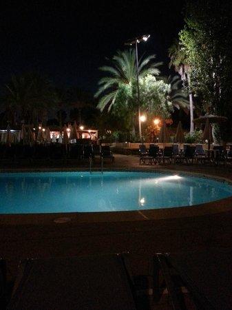 Protur Safari Park Aparthotel : L'une des piscines, de nuit