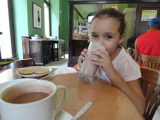 Museo del Chocolate: My cousin enjoying her milk shake and my traditional