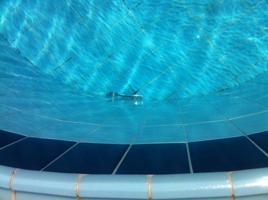 Geneva Hotel: Gaffel i poolen