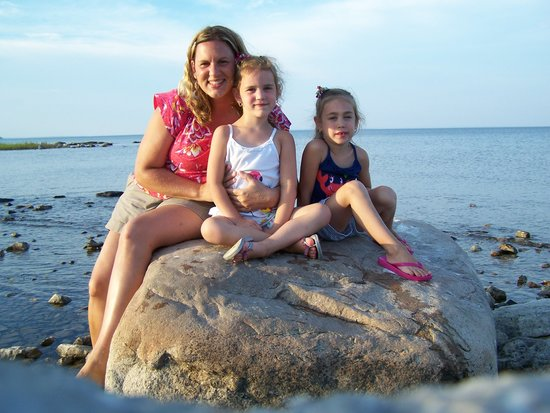 BEST WESTERN Harbour Pointe Lakefront: Taking pictures on the rocks right outside our room