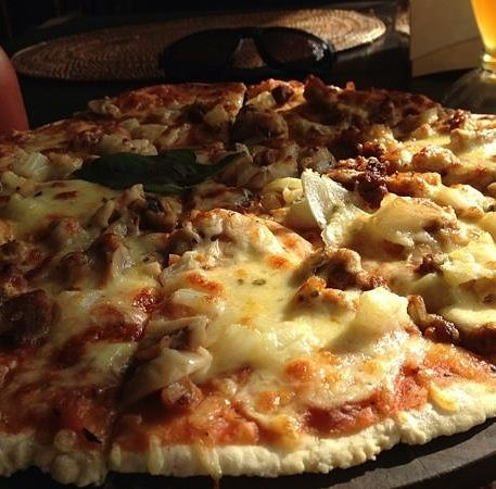 Warung Totemo: cheesy pizza by Totemo