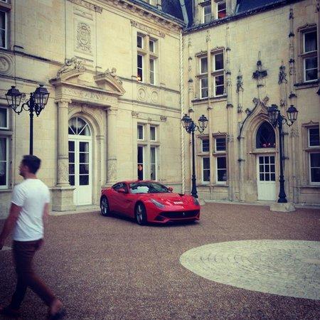 Chateau de Mirambeau : Chateau driveway