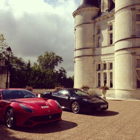 Chateau de Mirambeau: Beautiful cars outside the Chateau