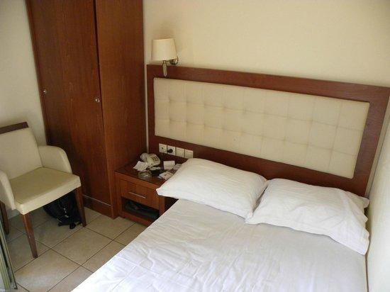 Tourist Hotel: το μισο μαξιλαρι στον αερα. η ντουλαπα δεν ανοιγει λογω της καρεκλας