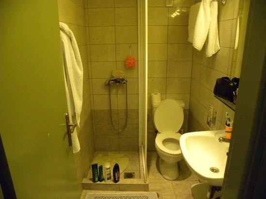 Tourist Hotel: ειχε χαρτινο ποτηρι πορτοκαλαδας για ειδη στοματικης υγιεινης