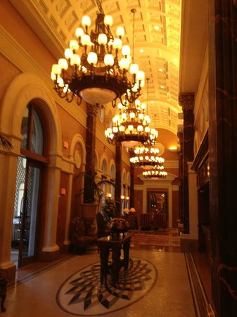 Acqualina Resort & Spa on the Beach: Small, but elegant lobby