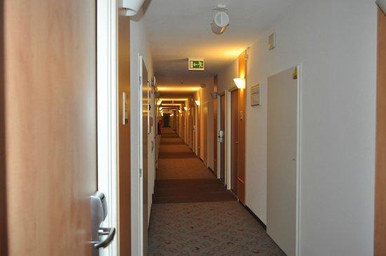 Ibis Praha Mala Strana: corridor, korytarz