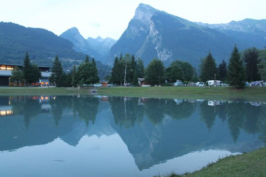 Camping Caravaneige Le Giffre : view from the site early evening
